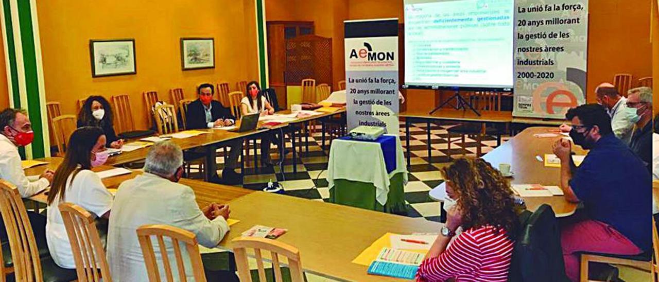 Un momento de la reunión de ayuntamiento y empresarios. | L-EMV