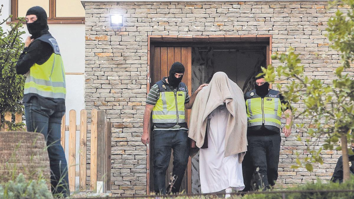 Imagen de archivo de la Policía saliendo con el imán detenido en su lujoso chalé de Teulada-Moraira.