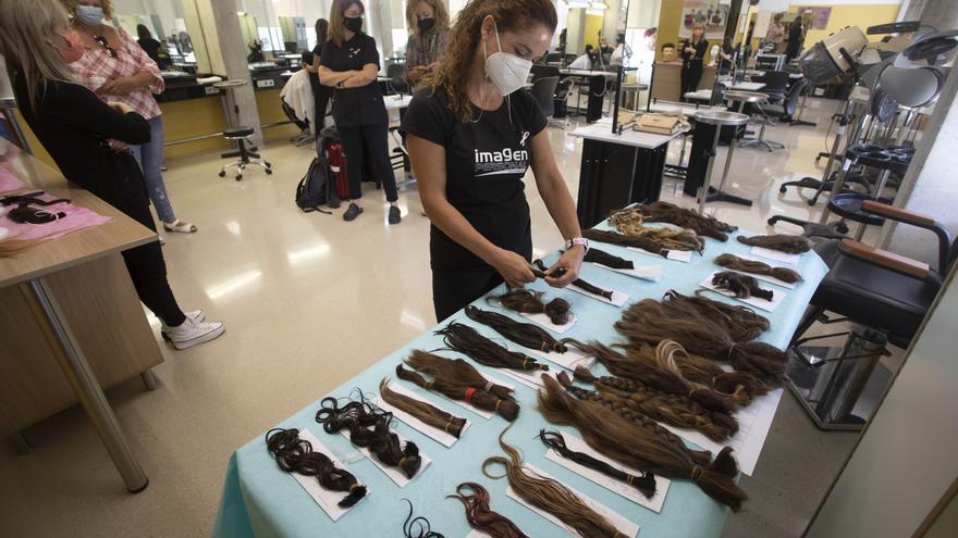 Estudiantes del IES Cabanyal cortan el pelo para una donación solidaria