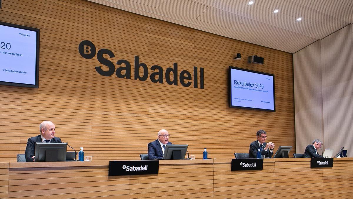 Tomás Varela, Josep Oliu, Jaume Guardiola y Gabriel Martínez, en la presentación de resultados del Sabadell.
