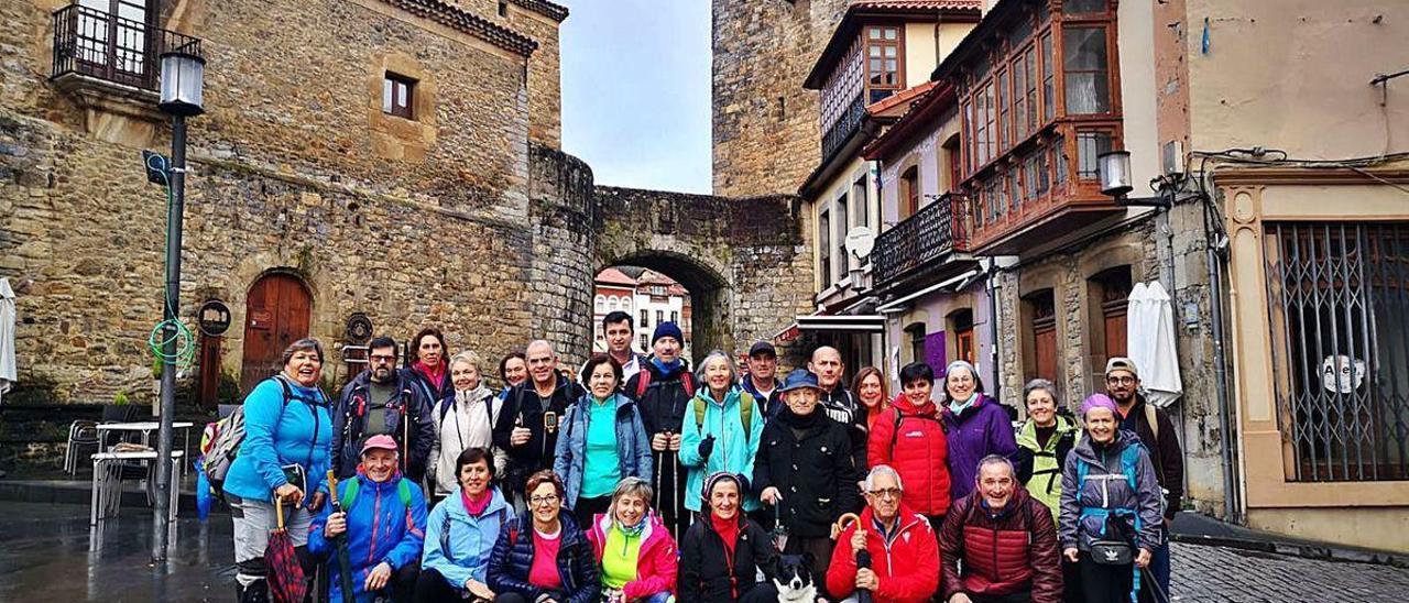 Miembros del grupo de montaña La Huella, iniciando el Camino de Santiago en Salas.