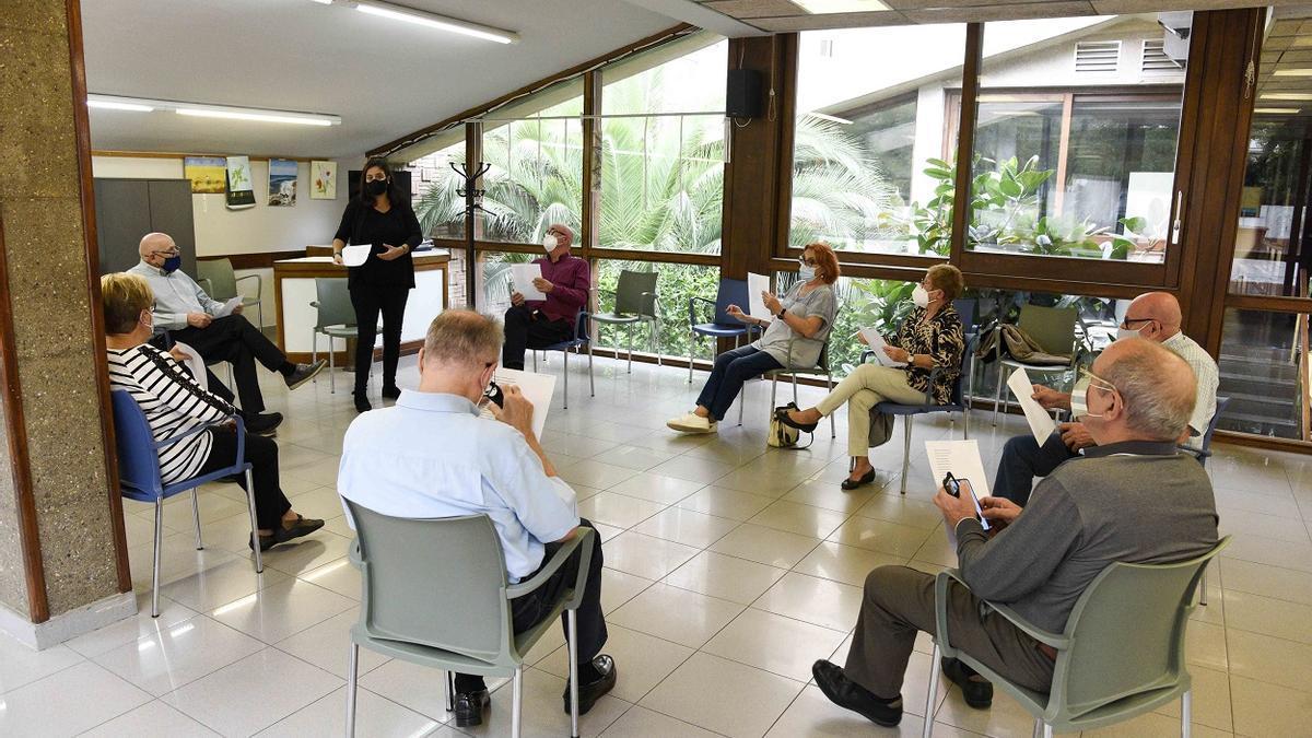 Personas mayores participan en un taller literario.