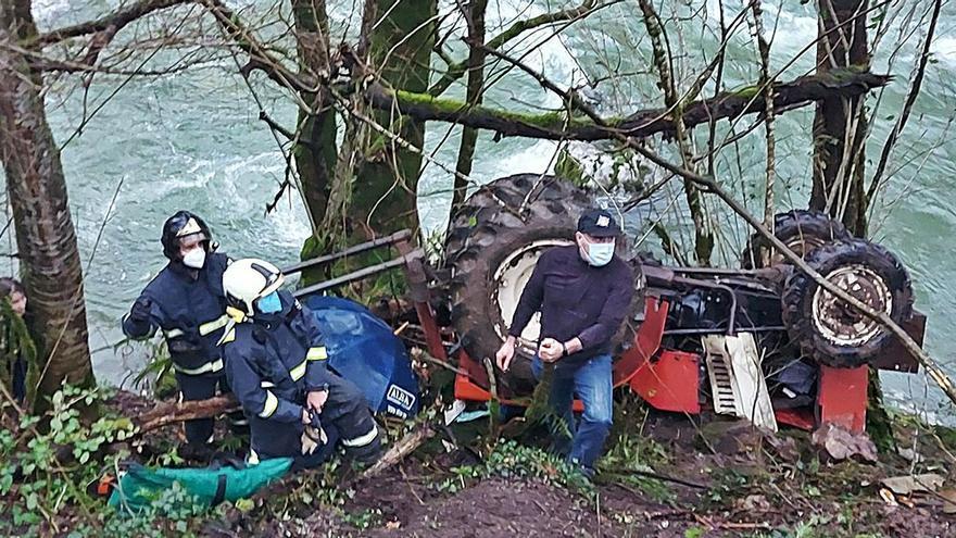 Sale despedido de su tractor en Amieva y queda atrapado bajo el tronco de un árbol