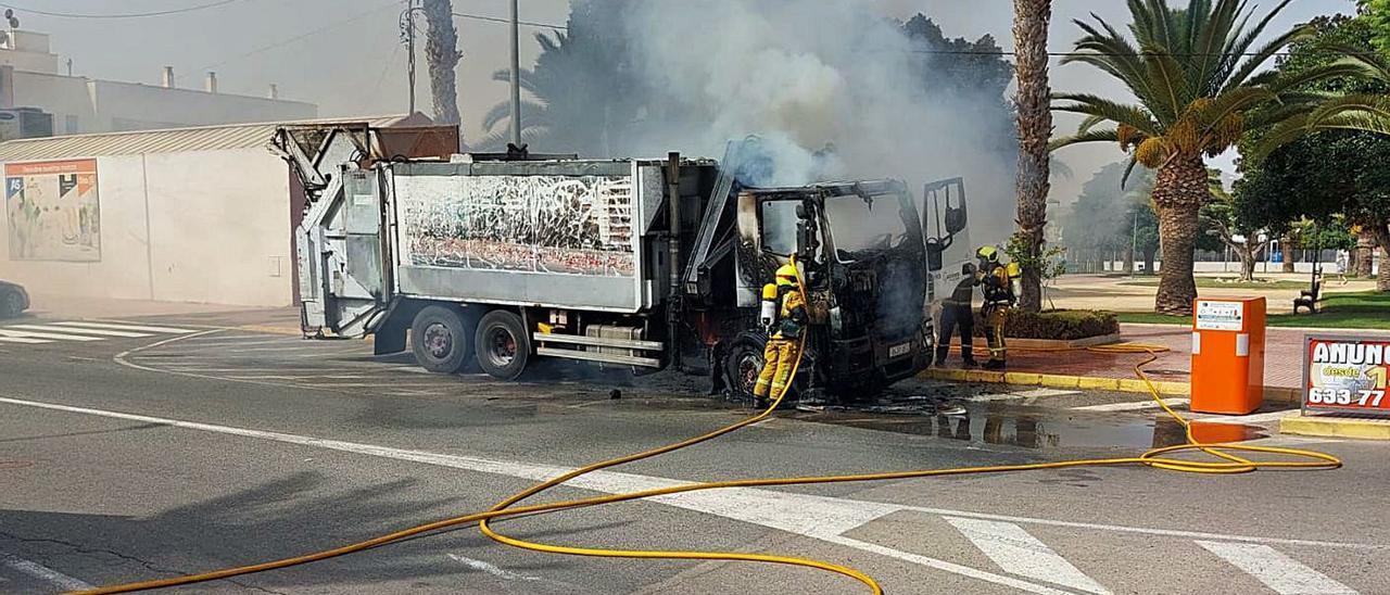 La semana pasada ardió un camión con 18 años de antigüedad, se está empleado otro con la luna frontal rota y camiones grúa para la retirada de envases y cartón para recoger la basura.