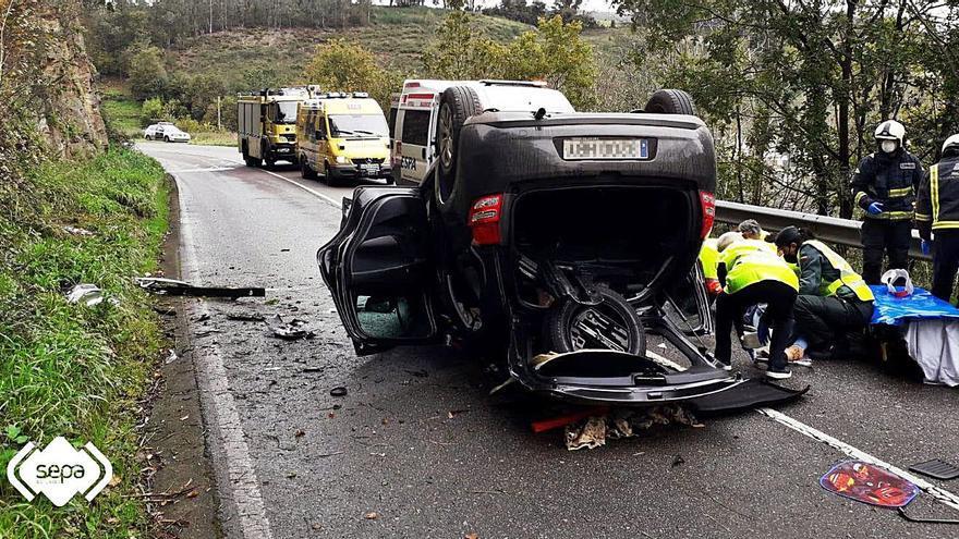 Tres jóvenes heridos, uno de ellos grave, al volcar su coche en Vegadeo