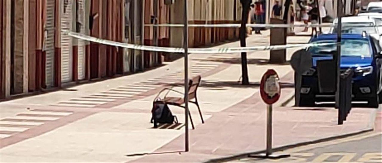 La mochila junto a un banco de la avenida Jaime I de Sax.
