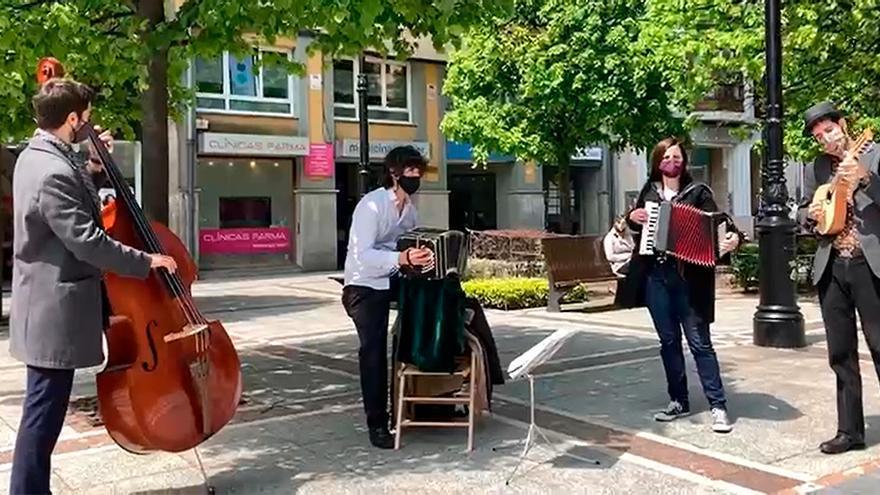 Los músicos de la calle piden una norma para tocar en los bares de Gijón