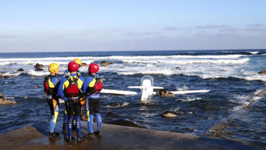 Una avioneta ameriza de emergencia en una playa de Gran Canaria