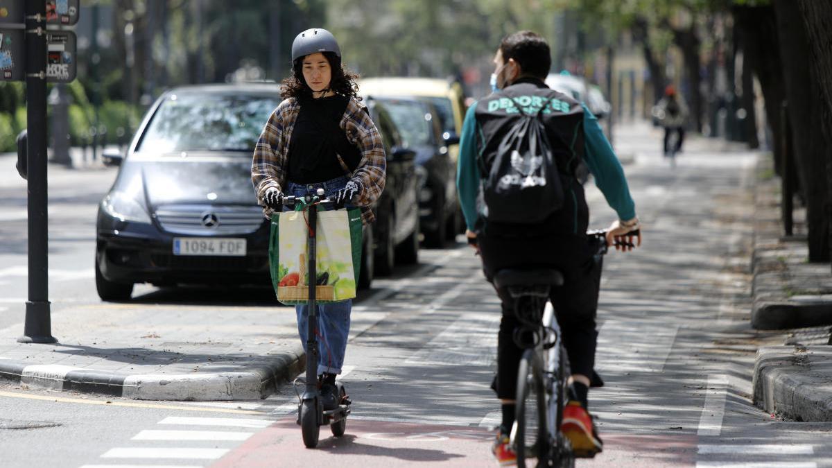 Ciclistas en Guillem de Castro, València, durante el estado de alarma.