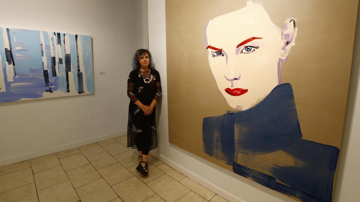 La artista zaragozana Lorena Domingo junto a dos de sus obras.