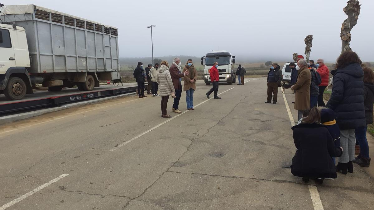 Autoridades,  técnicos y vecinos en Friera de Valverde en el lugar de instalación de la báscula.