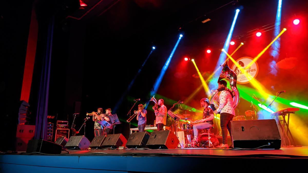 El conjunto Abraç Band fue el encargado de inaugurar de forma oficial en el escenario el festival Maig di Gras.