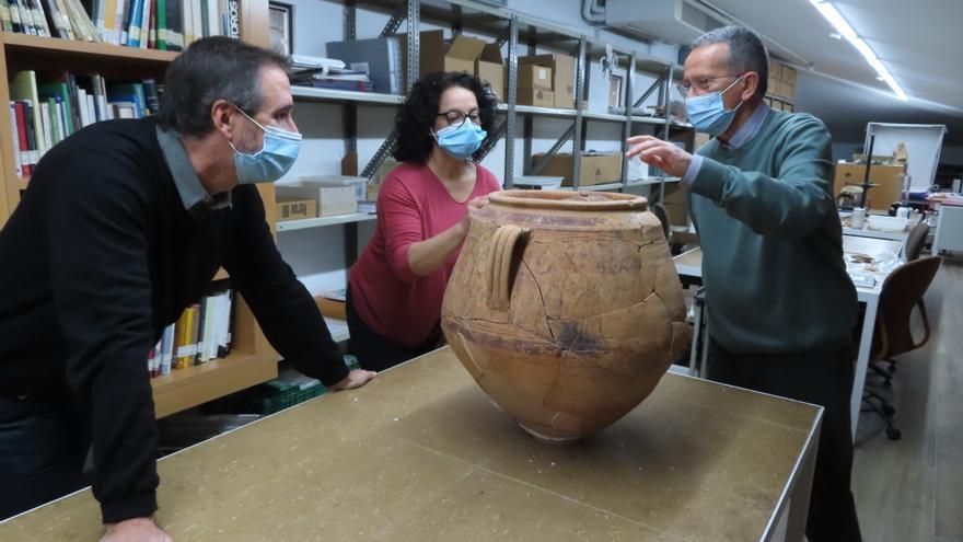 Hallan una jarra decorada de valor excepcional en el poblado ibérico del Cabeçó de Mariola