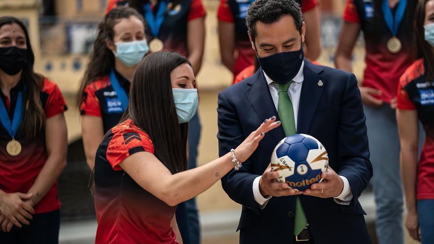 Juanma Moreno destaca el ejemplo del Rincón Fertilidad, tricampeonas de balonmano