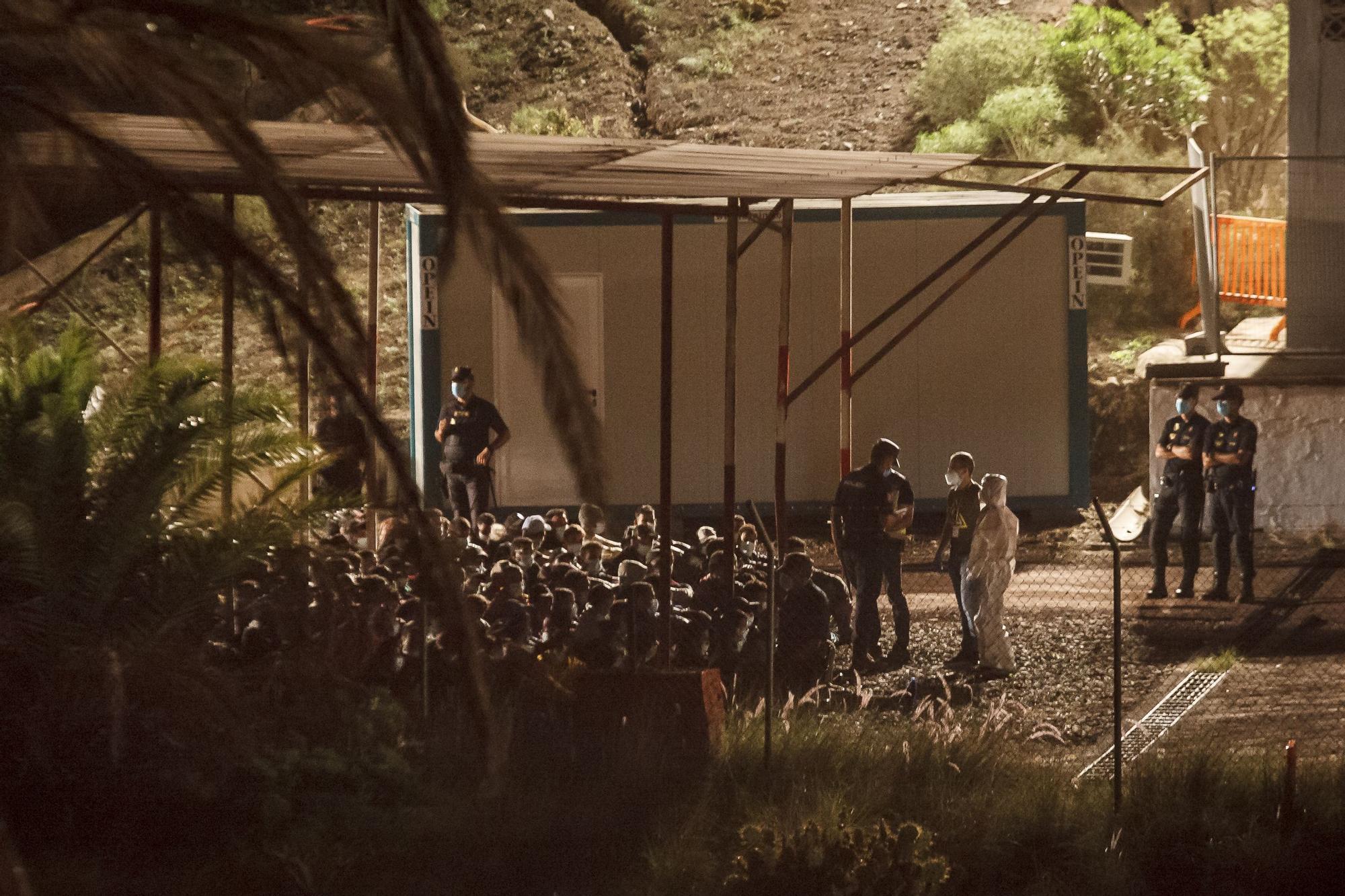 Un antiguo polvorín del Ejército acoge parte de los inmigrantes del muelle de Arguineguín