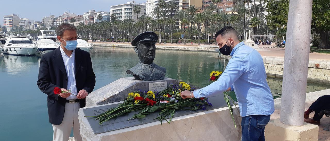 Los concejales de Compromís en Alicante realizando una ofrenda floral en el monumento al capitán del Stanbrook, Archibald Dickson.