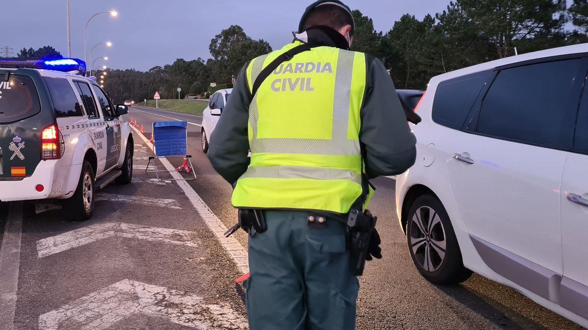Imagen de archivo de un control de tráfico efectuado por la Guardia Civil.