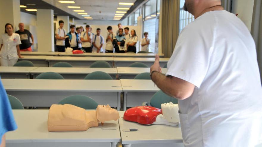 El Hospital Doctor Negrín enseña a cien escolares cómo salvar a una persona en parada cardíaca