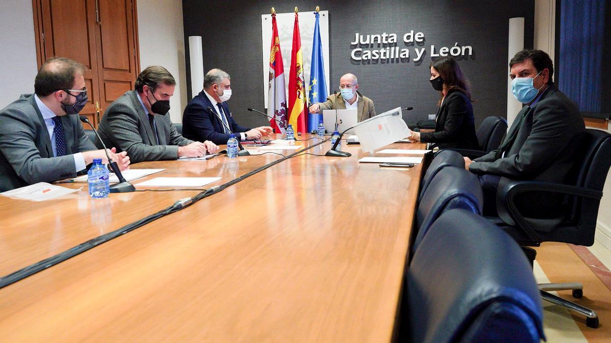 El vicepresidente Francisco Igea y los consejeros Carlos Fernández Carriedo y Carlota Amigo, con representantes de centros comerciales y grandes almacenes.