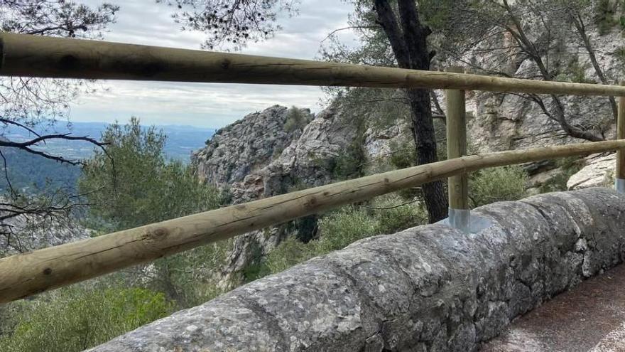 Leitplanken aus Holz sollen Straßen auf Mallorca sicherer machen
