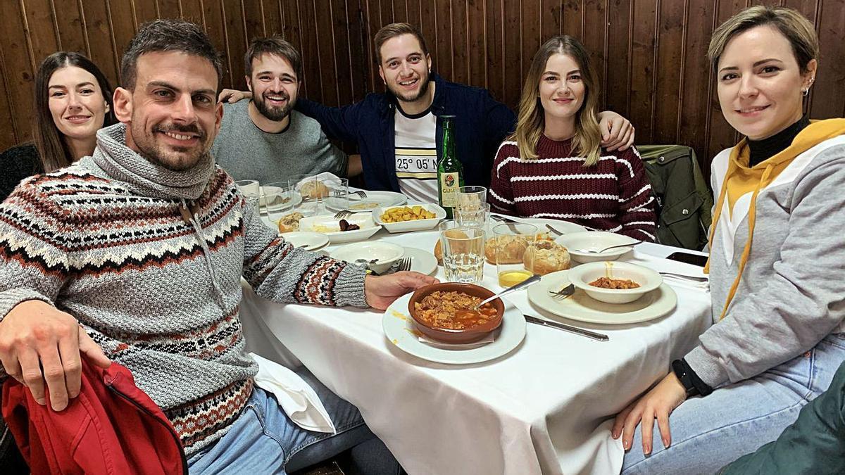 Un grupo de amigos disfruta de las jornadas de los callos en 2019.   A. Illescas