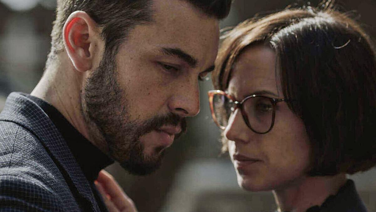 El actor gallego junto a Aura Garrido en la serie de Netflix.