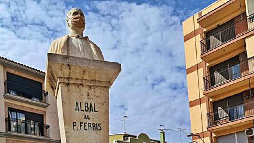 Albal pone la mascarilla al Padre Ferris para concienciar a la ciudadanía
