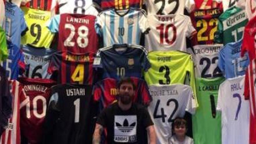 Messi presumeix de la seva col·lecció de samarretes