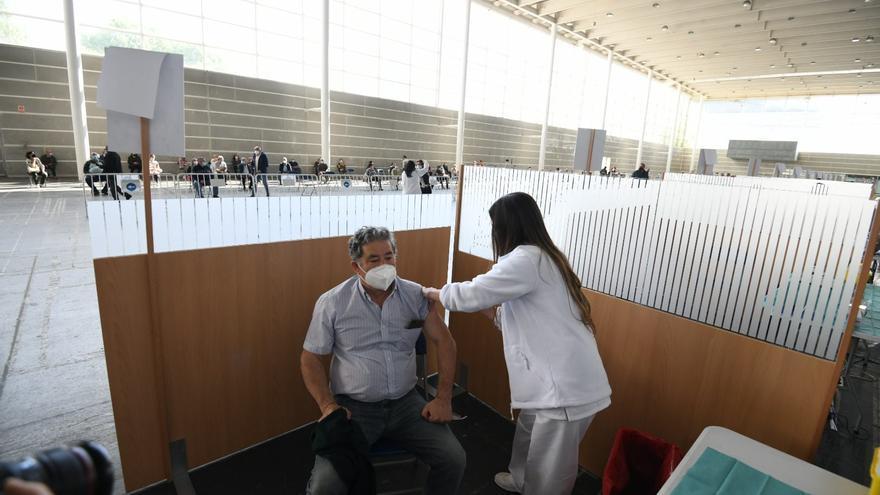 Lores se vacuna en una jornada con aumento de los ingresos hospitalarios por COVID