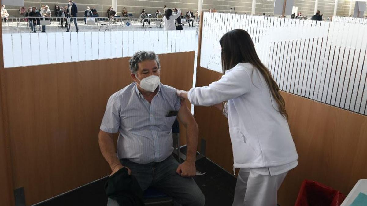 El alcalde siendo vacunado esta mañana en el Recinto Ferial.