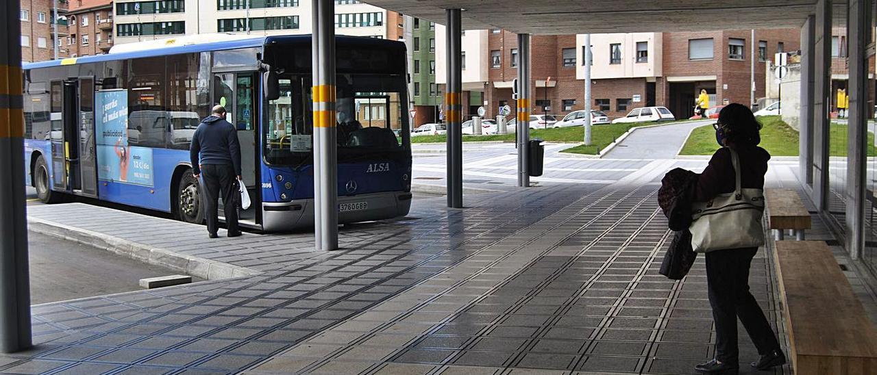 Pasajeros en la estación de autobuses de Pola de Siero. | A. I.