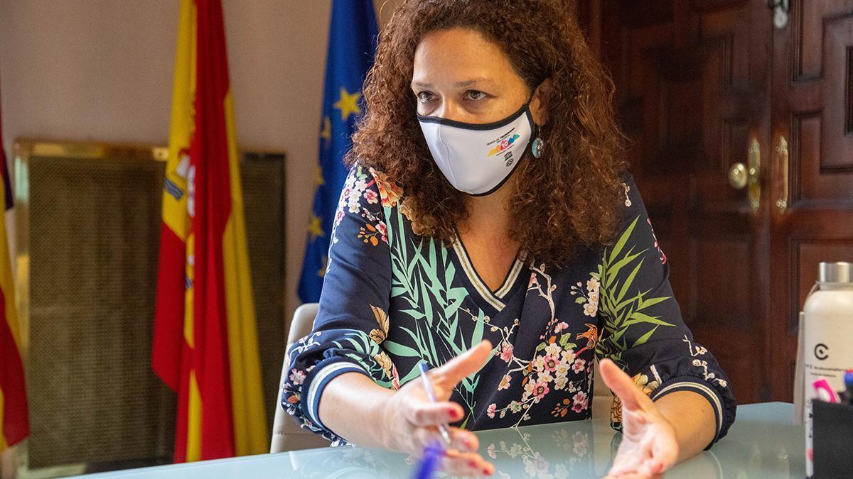 Catalina Cladera,  presidenta del Consell,  a la seu de la institució
