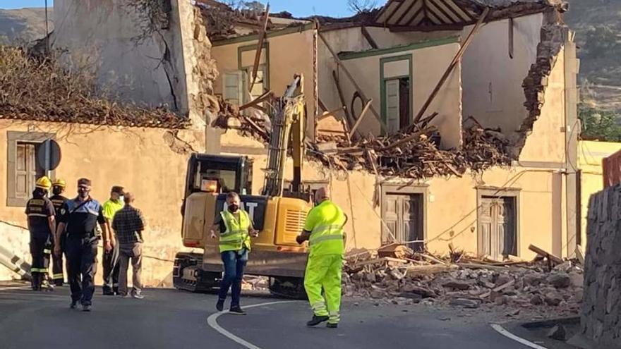 El derrumbe de la fachada de una casa obliga a cortar la carretera del Centro