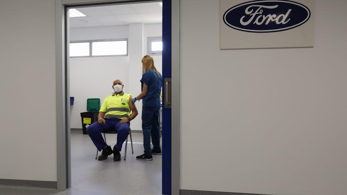 Un dels operaris de Ford, durant el procés de vacunació de hui.