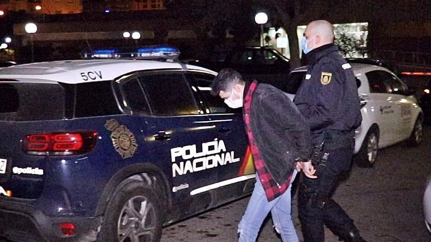 Apresado un ladrón en Alicante que usaba calcetines como guantes durante sus golpes