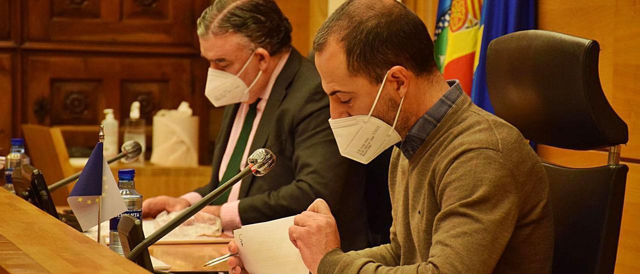 El alcalde, el socialista Ángel García, en primer término, ayer, en el Pleno, junto al secretario municipal, Felipe Fanjul. R. A. I.