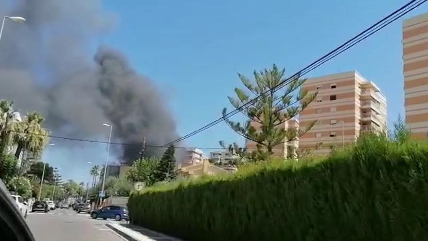 Un incendio obliga a desalojar a 260 personas del hotel Trinimar de Benicàssim y afecta a once vehículos