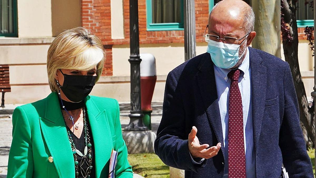 La consejera Verónica Casado y el vicepresidente Francisco Igea, minutos antes de su rueda de prensa conjunta ayer en Valladolid. | M. Chacón - Ical