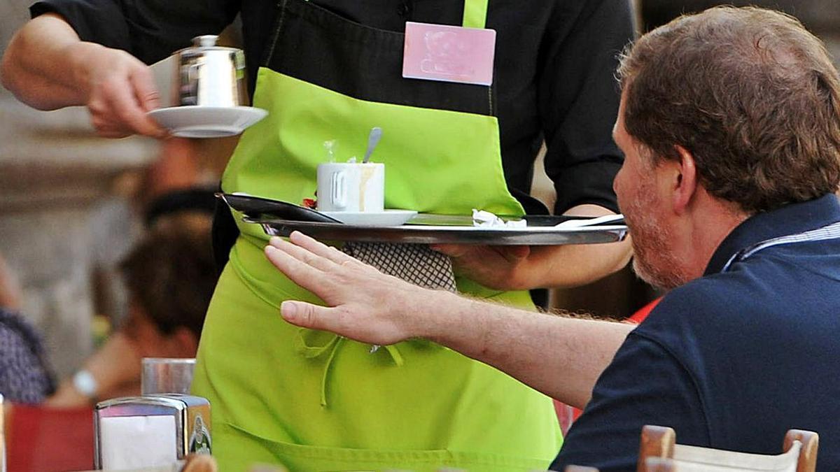 Un camarero atiende una mesa en Pontevedra.    // G.S.