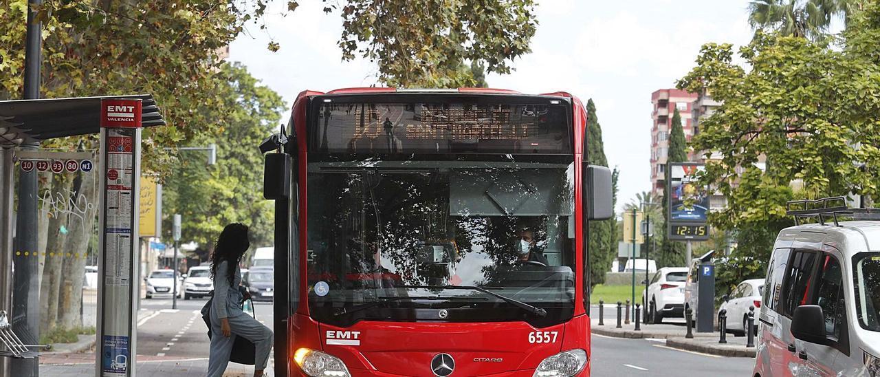 Una mujer sube a un autobús de la EMT en València hace un par de días en la jornada de la Movilidad.  | JM LÓPEZ