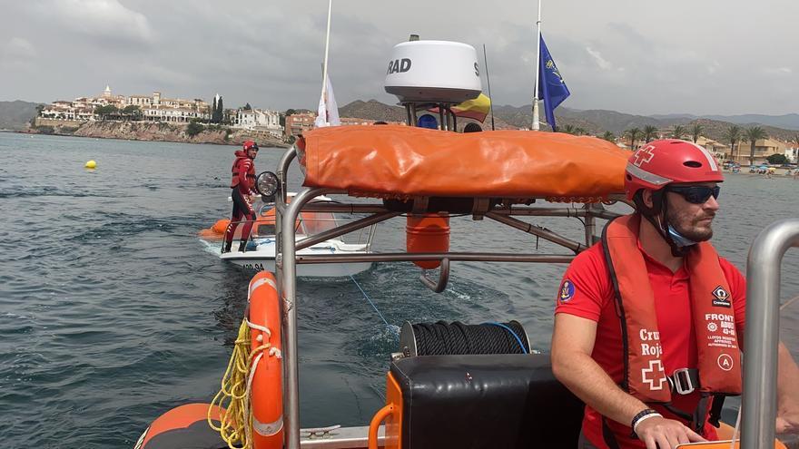 Un barco socorre a cuatro personas tras hundirse su embarcación cerca de Calabardina