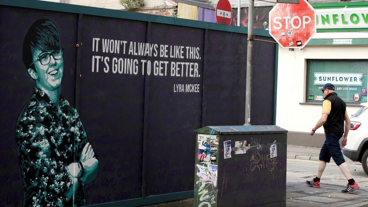 Un mural recuerda en Belfat a la periodista Lyra Mckee.