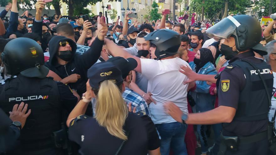 Unas 50 personas intentan asaltar el hotel de Abascal en Ceuta