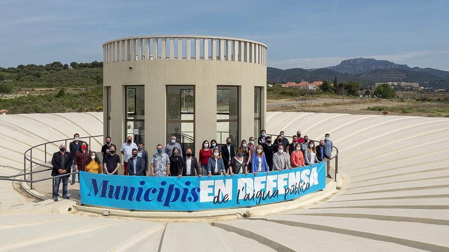 El món local fa pinya per defensar la gestió pública de l'aigua i contra la judicialització