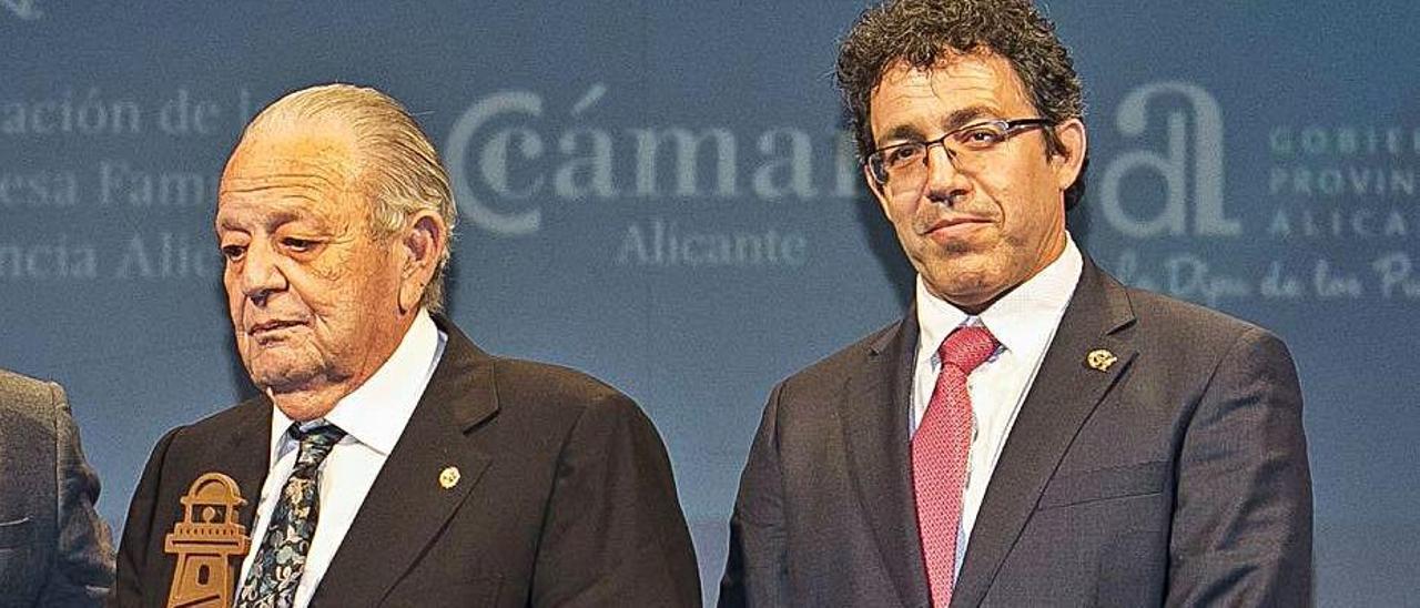 Andrés Serrano Gonzálvez, a la izquierda, junto a su hijo.