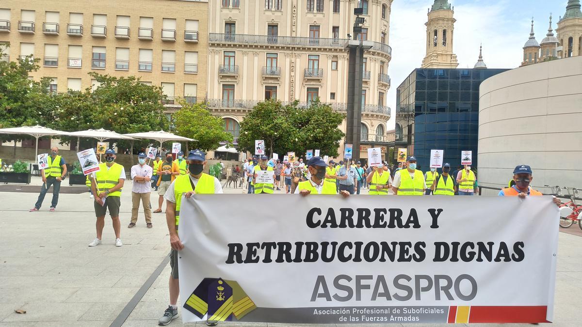 Militares manifestados frente a la Delegación del Gobierno