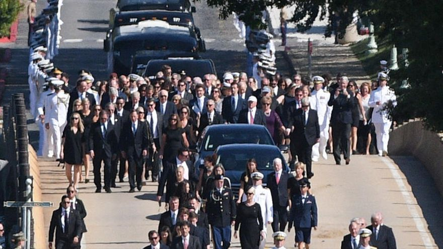 Entierran a John McCain en el cementerio de la Academia Naval de EEUU