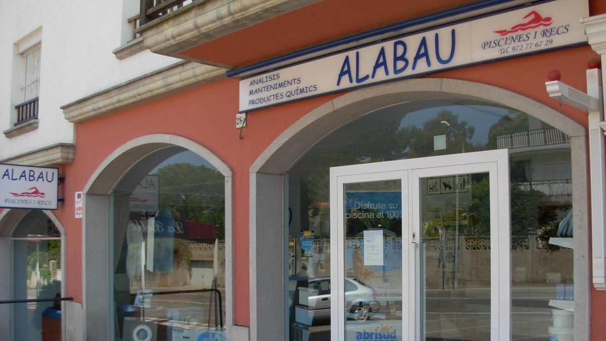 Façana de la botiga de Piscines Alabau, a l'Escala