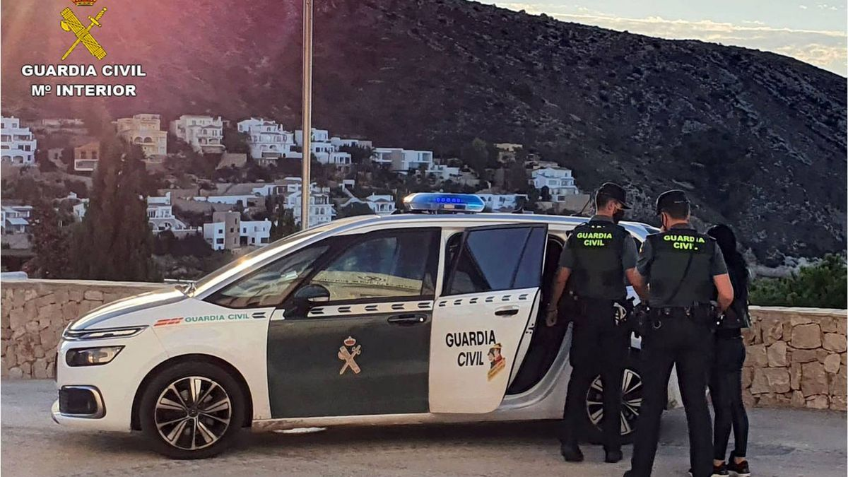La patrulla de la Guardia Civil de Calp al arrestar a la sospechosa.