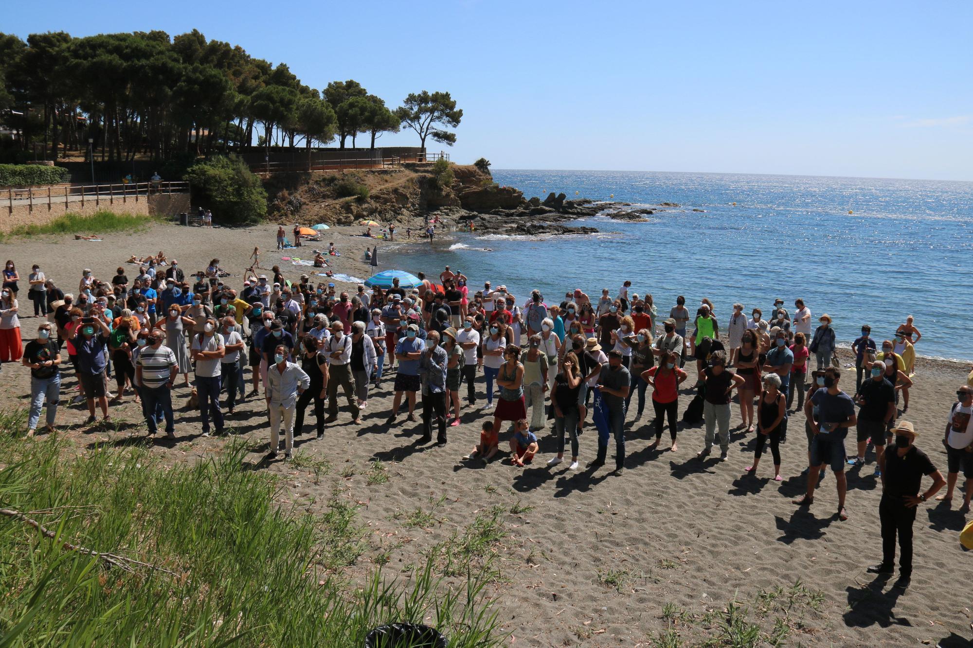 Protesta a Llançà per evitar que es construeixi una urbanització en una pineda a peu de platja